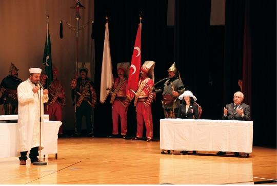 彬子女王殿下、チチェッキ国会議長ご臨席の下、エルトゥールル号殉難将士追悼式典が串本で行われた。 (串本町提供) - Altes Prenses Akiko Mikasa ve TBMM Başkanı Sayın Çicek'in yüksek katılımlarıyla Kushimoto'da düzenlenen Ertuğrul Şehitliği'ndeki Anma Töreni. (Kushimoto Belediyesi)