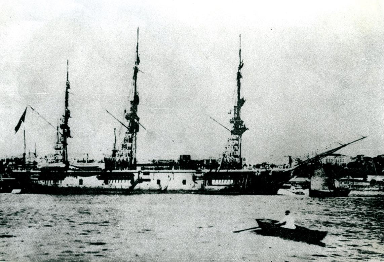 遭難したエルトゥールル号。大型の木造蒸気船だった。 - Faciaya uğrayan Ertuğrul Fırkateyni.Büyük boyutta ahşap buhar gemisiydi.