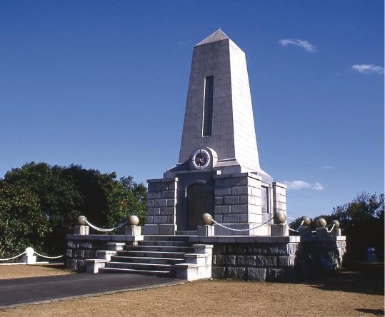 串本にあるエルトゥールル号弔魂碑。1937年に建立された。 - Kuşimoto'da bulunan Ertuğrul Fırkateyni Şehitliği.1937 yılında yapılmıştır.