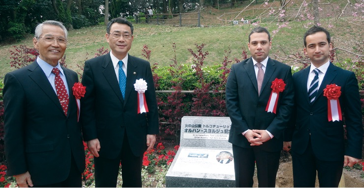"""イラン在留邦人救援機の機長にちなみ、下関市の「火の山公園トルコチューリップ園」は「オルハン・スヨルジュ記念園」と命名された。 (2014年下関) - """"Hinoyama Parkı Türk Lale Bahçesi"""", 1985'te Japonları kurtaran THY'nin özel seferini gerçekleştiren kaptan pilot anısına """"Orhan Suyolcu Anma Bahçesi"""" olarak adlandırıldı. (Shimonoseki, 2014)"""
