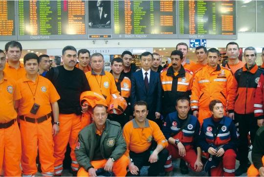 2011年の東日本大震災でトルコは32名の緊急レスキューチームを被災地へ派遣した - 2011 yılında meydana gelen Doğu Japonya Büyük Depreminde Türkiye, 32 kişiden oluşan acil yardım ekibini sevk etmiştir.
