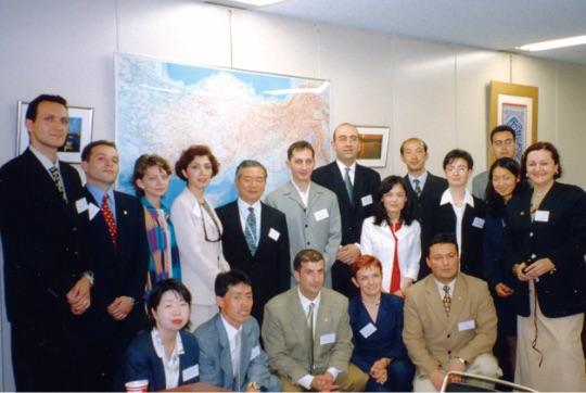 2001年の外務省のヤングリーダーズプログラムでは積極的な意見交換が行われた - 2001 yılında düzenlenen Japonya Dışişleri Bakanlığı Genç Lider Programı'nda aktif şekilde görüşlerinin alışverişi yapılmıştır.