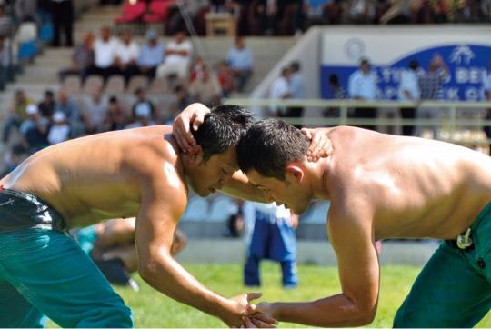 さまざまなスポーツ交流トルコの伝統競技オイルレスリングに日本人が挑戦 - Çeşitli spor alanında etkinlikler. Türkiye'nin geleneksel sporu olan yağlı güreşe Japonlar meydan okumaktadır.
