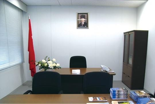 福岡にあるトルコ名誉総領事館。日本名誉総領事館がある - Fukuoka'da T.C.Fahri Başkonsolosluğu, Kayseri'de Japonya Fahri Başkonsolosluğu kurulmaktadır.