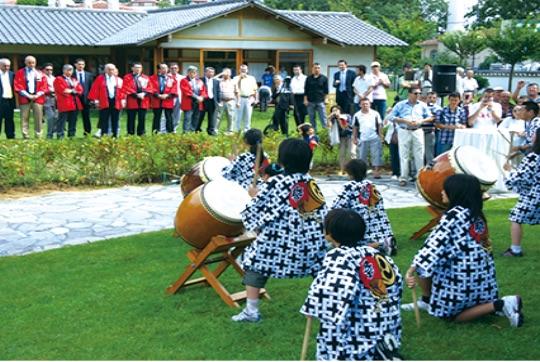 "イスタンブルのバルタリマン日本庭園は下関市が協力して2002年に造園された - İstanbul'daki ""Baltalimanı Japon Bahçesi"", Şimonoseki Belediyesi'nin işbirliğiyle 2002 yılında açılmıştır."