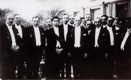 高松宮殿下は日土協会総裁としてトルコをご訪問、アタテュルク大統領とご接見になった。(1935年 アンカラ) - Prens Takamatsu Japonya-Türkiye Cemiyeti Himayesi olarak Türkiye'yi ziyaret etmiştir ve T.C.Cumhurbaşkanı Atatürk ile görüşmüştür. (Ankara, 1935)