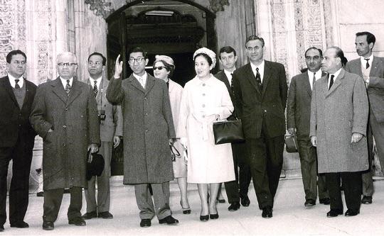 三笠宮同妃両殿下は3度にわたりトルコをご訪問になり、大歓迎をお受けになっている。(1963年 ブルサのイェシル・ジャーミーにて) - Prens ve Prenses Mikasa üç defa Türkiye'yi ziyaret etmişlerdir.Her ziyaretlerinde büyük sevgiyle karşılanmışlardır. (Bursa, 1963)
