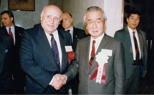 デミレル首相の来日歓迎レセプションの様子。握手をするデミレル首相と米倉会長。(1992年 東京) - T.C.Başbakanı Demirel'in Japonya ziyareti vesilesiyle düzenlenen resepsiyon. Tokalaşan Başbakan Demirel ve Cemiyet Başkanı Yonekura. (Tokyo, 1992)