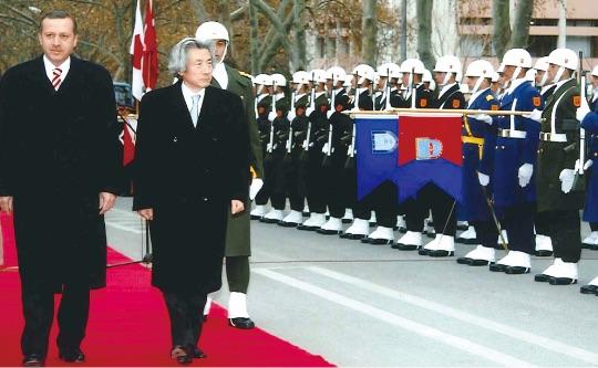 小泉純一郎総理の2006年トルコ訪問。エルドアン首相とともに。(2006年 アンカラ 資料提供:内閣府広報室) - Japon Başbakanı Koizumi'nin 2006'da Türkiye ziyaretinde T.C. Başbakanı Erdoğan ile birlikte.(Ankara, 2006)