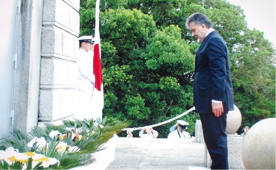 トルコの国家元首として初めて2008年にギュル大統領が日本を二国間公式訪問、串本での慰霊式典に参列された。(2008年 串本) - T.C. Cumhurbaşkanı olarak ilk kez Japonya'yı ziyaret eden Cumhurbaşkanı Gül, Kuşimoto'da bulunan Şehitlik Anıtı'nda düzenlenen Anma Törenine katılmıştır. (Kuşimoto, 2008)