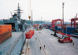 ハイダル・パシャで仮設住宅のコンテナを陸揚げする「ぶんご」。20日間無寄港で航海を続け、驚異的な速さで現地に到着した