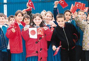 「ぶんご」等3艦の入港を出迎えた市民、子どもたち。両国国旗を振りながら大声でないかを大合唱していた。トルコ語通訳に尋ねると「トルコはあなた方と共にいることを誇りに思う」という意味だという。指揮官・隊員たちはそれを知り、目頭が熱くなるとともに、この任務に従事できてよかったと、それまでの苦労が一瞬にして吹き飛んだ