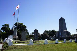 大島樫野埼に建立されたトルコ軍艦遭難慰霊碑。トルコ政府の資金で立て替えられ、中心に旭日旗とトルコ国旗が交差するエンブレムが配されている